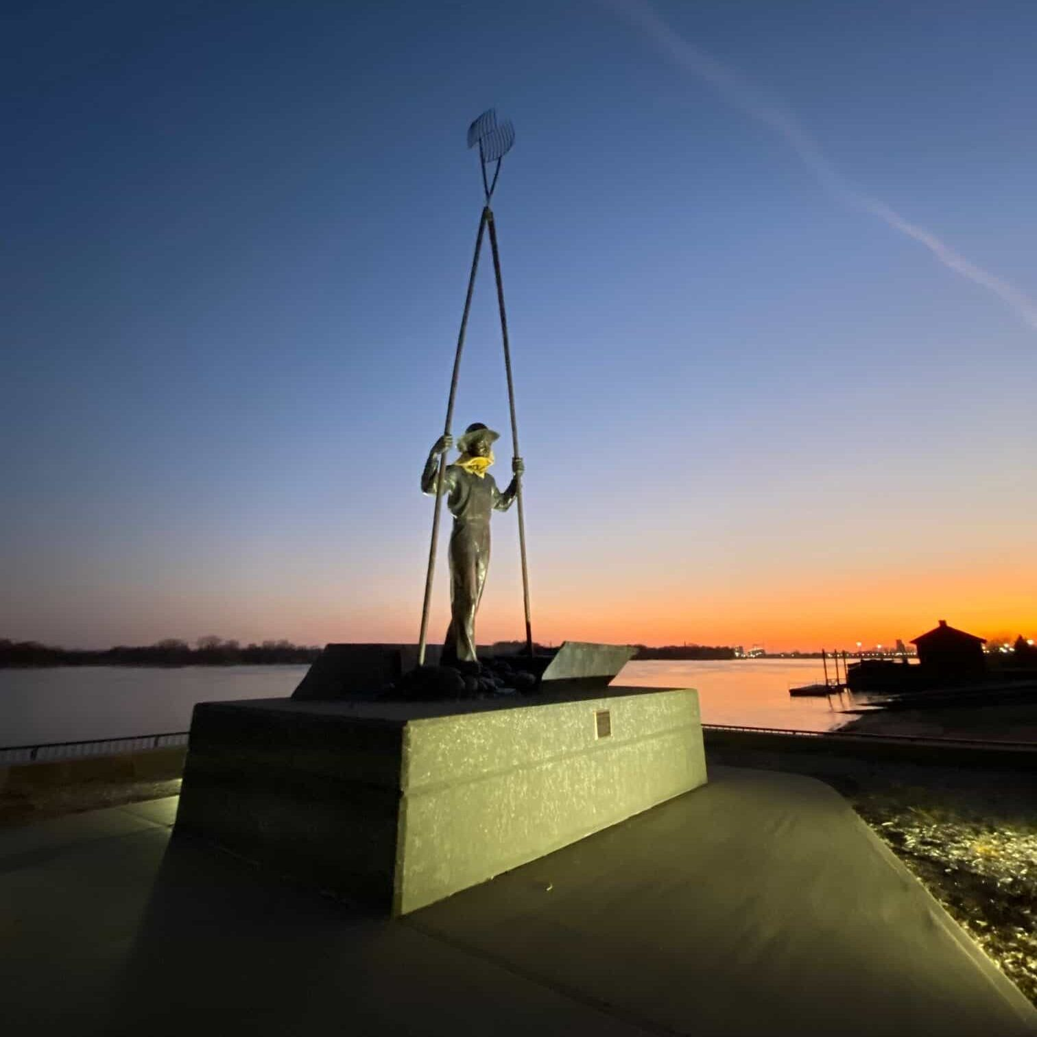 Gus, the clammer statue on Mississippi river